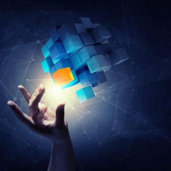 Main de femme d'affaires qui touche un cube comme symbole de la résolution de problèmes