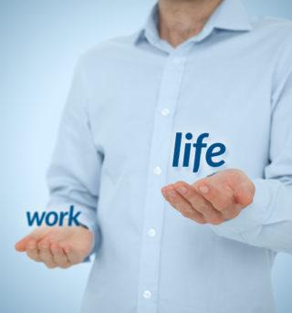 Concept d'équilibre vie professionnelle l'homme préfère la vie contre le travail.